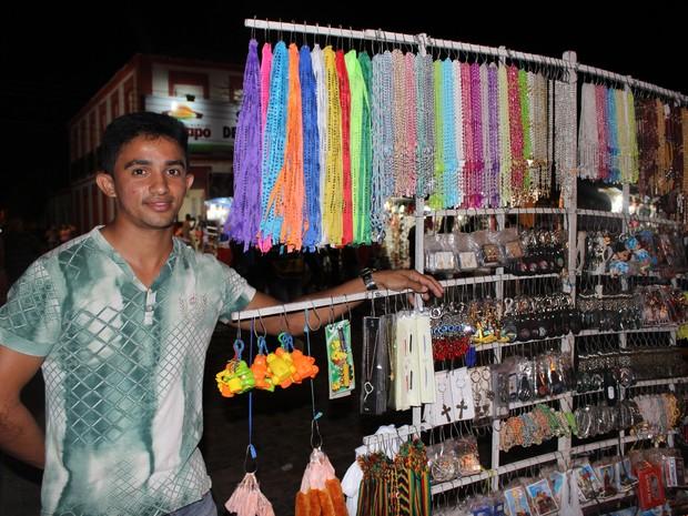 Helder Maciel saiu da cidade de Canindé (CE) para vender artigos religiosos em Campo Maior (Foto: Patrícia Andrade)