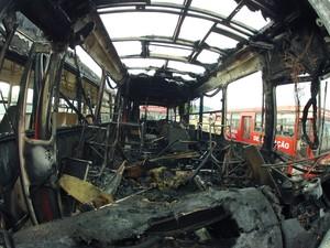 Três ônibus foram incendiados em Ilhota na madrugada desta terça (5) (Foto: Jeferson Acevedo/RBS TV)