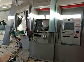 Agência do banco Santander em Ribeirão, na Mata Sul de Pernambuco, ficou destruída após explosão (Foto: Reprodução/WhatsApp)