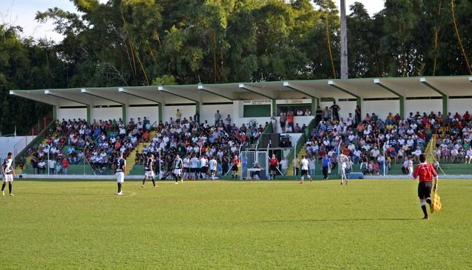 Jogo acontece no Estádio Municipal de Guaxupé (MG) (Foto: Régis Melo)