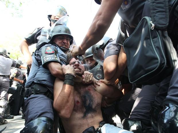 Manifestante é detido pela polícia durante um protesto que tentou bloquear na Radial Leste, nos arredores da Estação Carrão da Linha 3-Vermelha do Metrô de São Paulo na manhã desta quinta-feira (12) (Foto: Robson Fernandjes/Estadão Conteúdo)