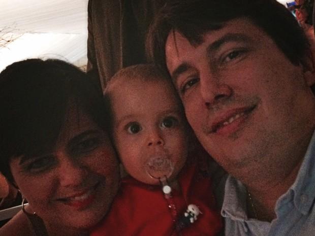 Cintia e seu marido, Fabio Sergio Valle, posam com Lucas (Foto: Cintia Valle/Arquivo Pessoal)
