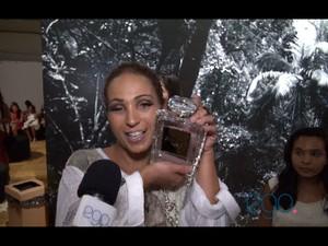 Valesca Popozuda mostra sua bolsa da Chenal no Fashion Rio (Foto: Reprodução/EGO)
