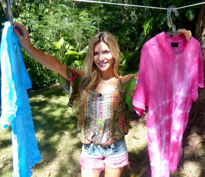 Jessica Belcost com as blusas que customizou no 'É de casa' (Foto: Leonardo Viso/Gshow)