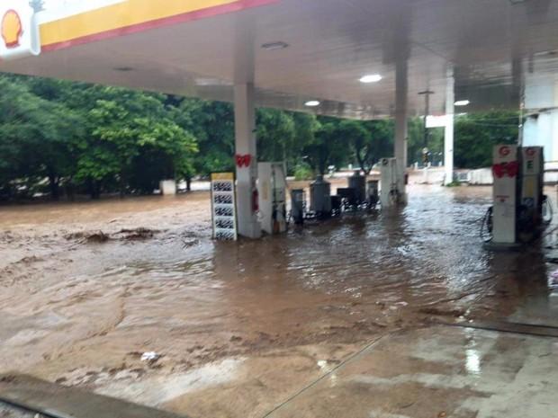 Posto foi invadido pela água em Águas da Prata (Foto: Vc no G1)