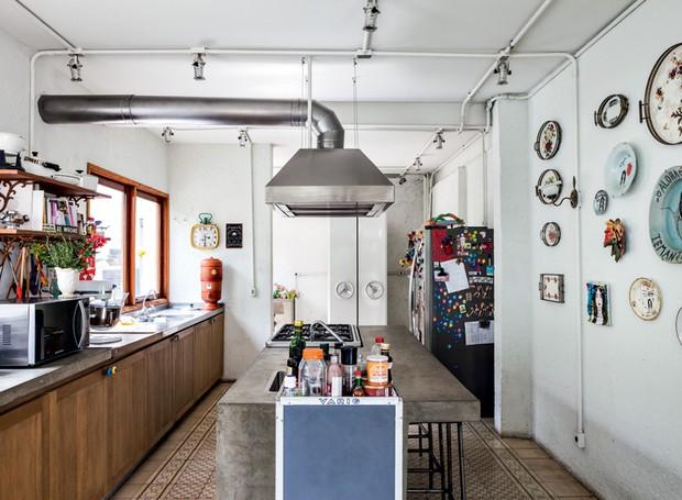 Na parede da cozinha, algumas bandejas de herança da avó e pratos pintados da artista Rita Wainer (Foto: Lufe Gomes/Life by Lufe)