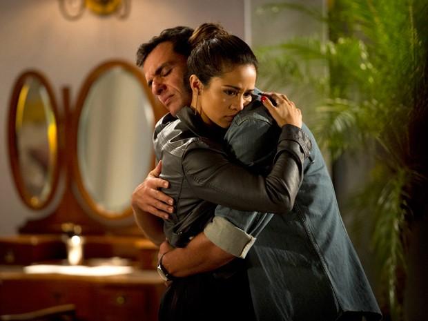 Théo e Morena se abraçam em encontro emocionante (Foto: Salve Jorge/TV Globo)