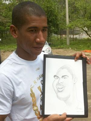 Ernane Santos, desenhista entregou presente a atletasdo Fla (Foto: Vicente Seda / Globoesporte.com)