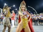 Rainha da Pérola Negra vai a ensaio de carnaval com o corpo pintado