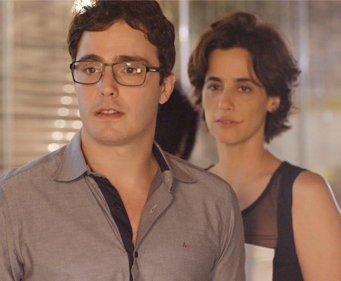 Climão! Luís e Isabel são surpreendidos por Lauro e Lena (Foto: TV Globo)