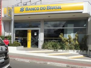 Quadrilha rendeu funcionários e clientes durante tentativa de roubo em Biritiba Mirim. (Foto: Carolina Paes/G1)