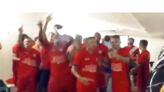 Vídeo mostra festa do Friburguense no vestiário após conquista da Copa Rio