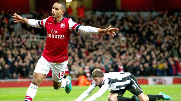 Walcott comemora gol do Arsenal contra o New Castle, AP (Foto: Agência AP)