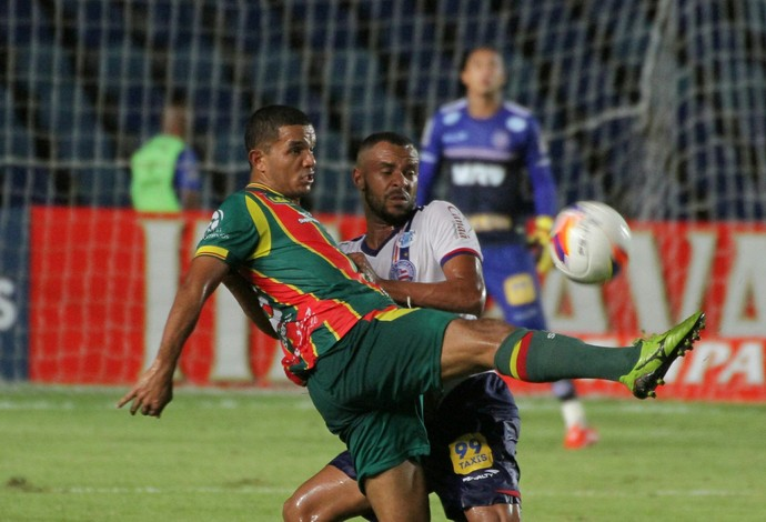 Jogo entre Sampaio Corrêa e Bahia foi bastante disputado e ficou no 0 a 0 (Foto: Biaman Prado/O Estado)