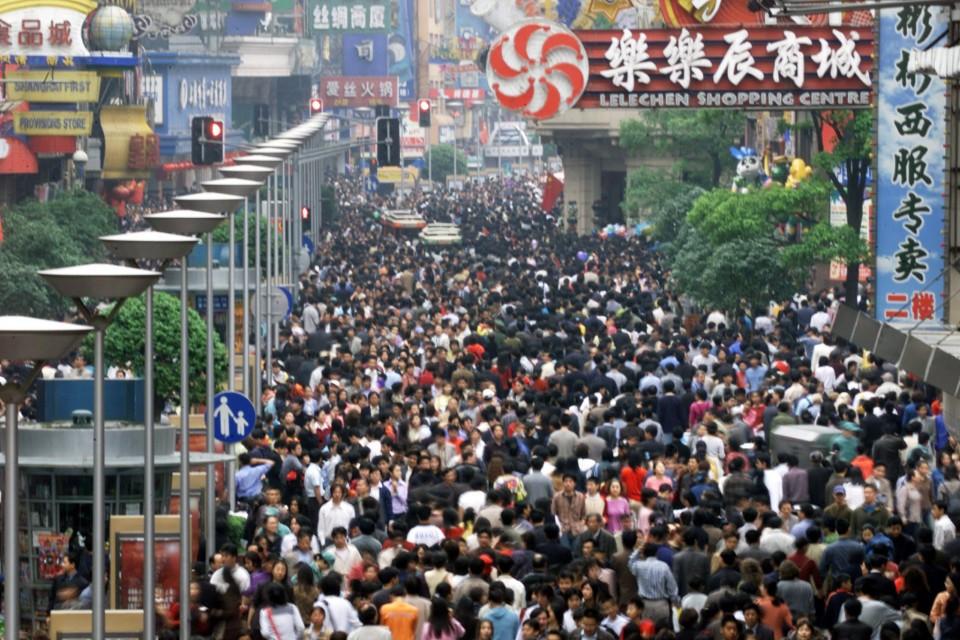 Turistas e moradores disputam espaço no centro de Xangai