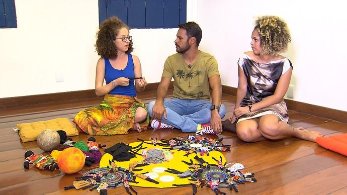 Arte-educadoras contam que mulheres rasgavam suas roupas para fazer as bonecas (Foto: TV Bahia)