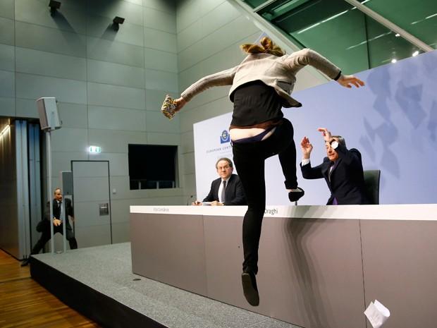 Manifestante pula em mesa (Foto: Reuters)