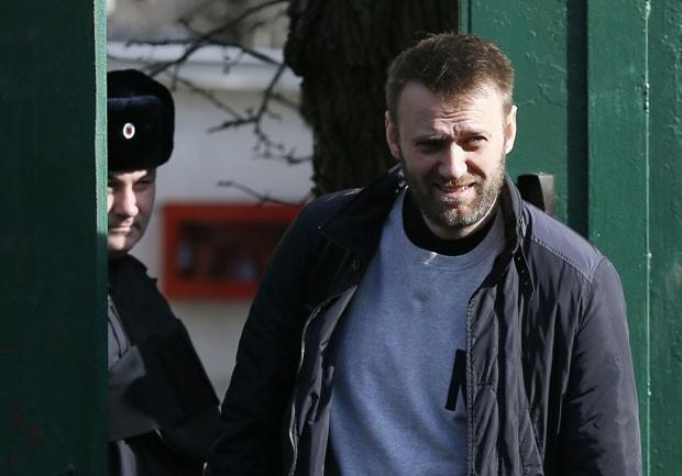 Crítico do Kremlin Alexei Navalny deixa centro de detenção em Moscou nesta sexta-feira (6)  (Foto: Maxim Shemetov/Reuters)