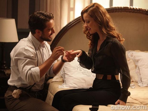 Fofo! Viktor se ajoelha para pedir a amada em casamento (Foto: Pedro Curi/TV Globo)