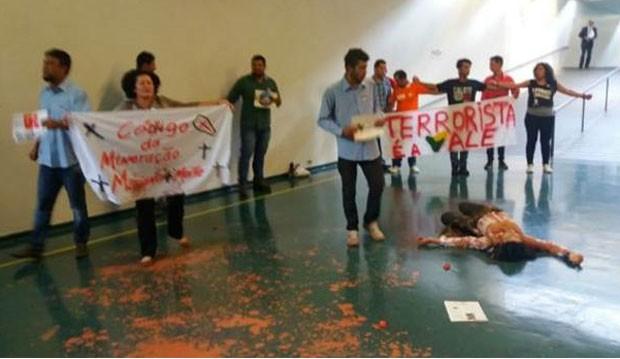 Alvo de protesto era a Vale, controladora da mineradora Samarco, dona da barreira de rejeitos de mineração que estourou há 20 dias (Foto: BBC)