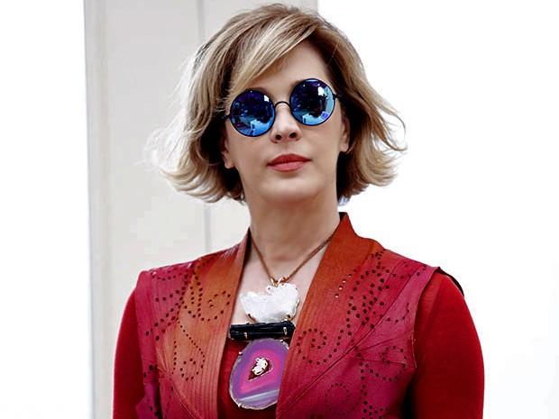 Samantha é extravagante e arrasa com os óculos de lente espelhada (Foto: Fábio Rocha/ Gshow)