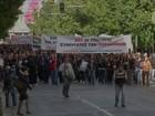 Gregos fazem protestos contra alta de impostos e cortes em pensões