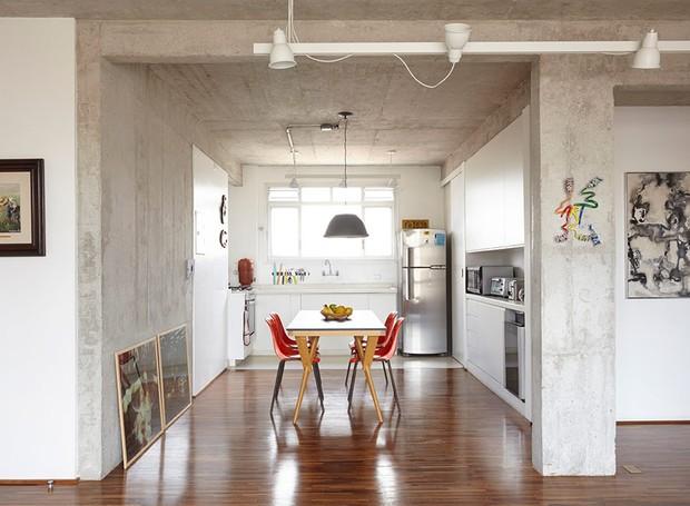 apartamento-arquitetos-flavia-torres-pedro-ivo-freire- sub-estudio-isabel-nassif-renata-pedrosa-sala-de-jantar-industrial (Foto: Tomás Cytrynowicz)