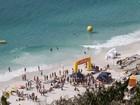 Em águas cristalinas, competidores cruzam mar de Arraial do Cabo, no RJ