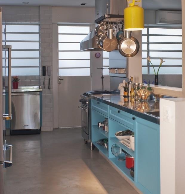 A cozinha recebeu piso de Tecnocimento na cor Cinza Sampa, da NS Brazil. O armário de MDF Microtextura Turquesa, da Florense,  foi um pedido da moradora (Foto: Celia Weiss/Divulgação)