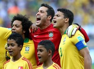 Marcelo, Júlio César e Thiago Silva cantam o hino nacional (Foto: Ronald Martinez/Getty Images)