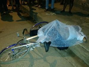 Homem transitava de bicicleta quando foi atacado a tiros (Foto: Toni Francis/G1)