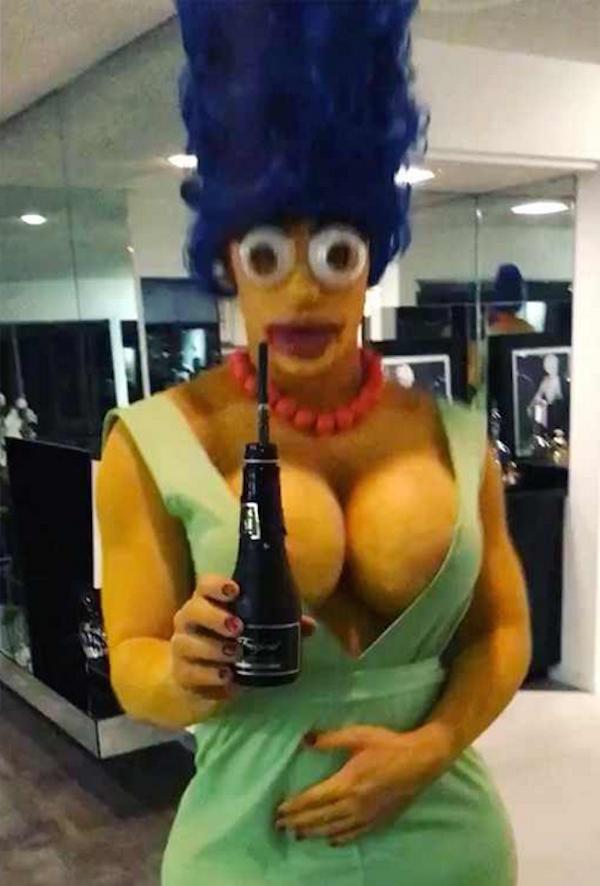 O ator Colton Haynes fantasiado como Marge da série Os Simpsons (Foto: Instagram)
