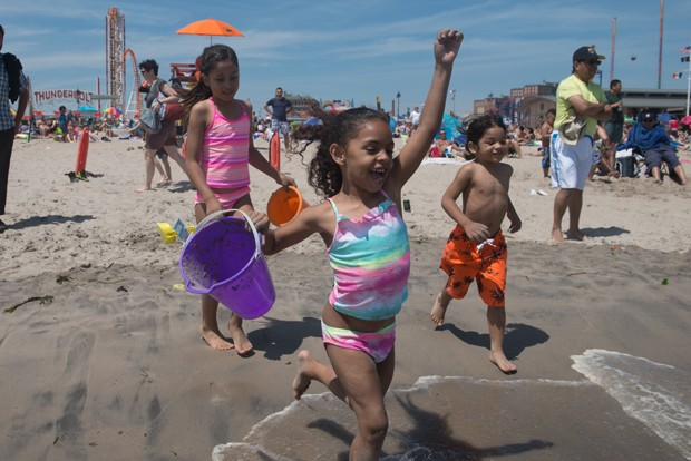 O uso de boia dá uma falsa segurança para a criança na praia. É importante ficar atento ao mar (Foto: Stephanie Keith/Getty Images)