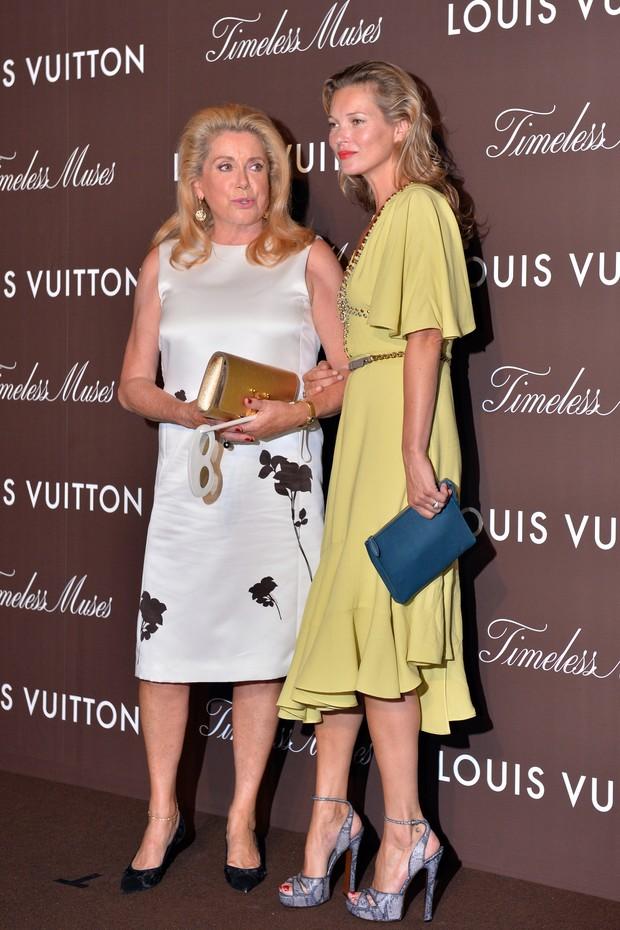 Kate Moss e Catherine Deneuve na abertura da exposição da Louis Vuitton em Tóquio, no Japão (Foto: AFP)