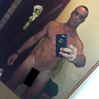 Paulo Zulu posa nu para selfie (Foto: Instagram / Reprodução)