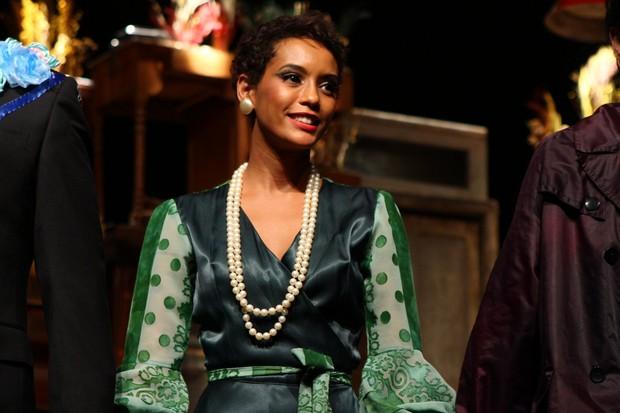 """Taís Araújo recebe convidados após estréia da peça """"Caixa de Areia"""" no Teatro Sesi no Centro do Rio  (Foto:   RAPHAEL MESQUITA / FOTO RIO NEWS )"""