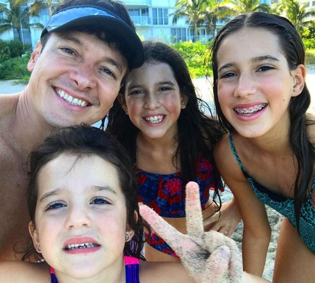Rodrigo Faro com as filhas: Helena (abaixo), Maria e Clara (Foto: Reprodução/Instagram)