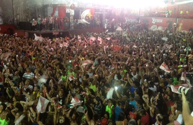 Integrantes da Mocidade Alegre comemoram tricampeonato na quadra da escola (Foto: G1)