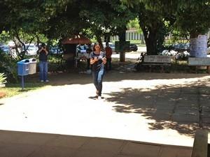 A estudante Amanda Matos, de 19 anos, chega um minuto após o fechamento dos portões na UnB, em Brasília, no segundo dia de provas do Enem  (Foto: Juliana Braga/G1)