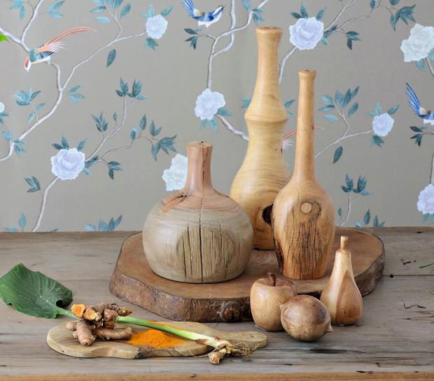 Garrafas de madeira L'oeil, tábua Dois de Paus, frutas de madeira Cecilia Dale, papel de parede Bobinex (Foto: Cacá Bratke / Editora Globo)