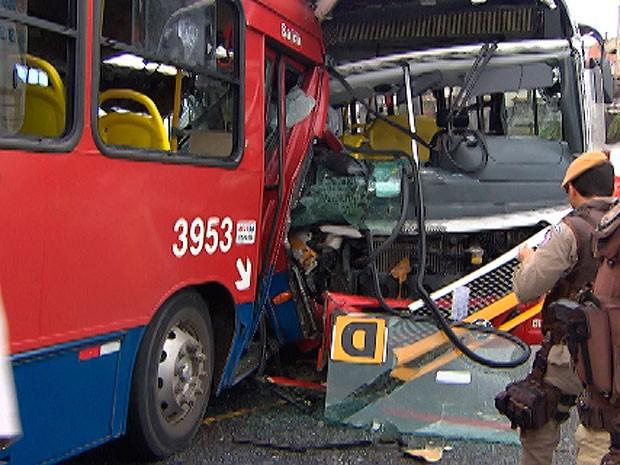 Ônibus batem de frente em via exclusiva de ônibus na Vasco da Gama, em Salvador, Bahia (Foto: Reprodução TV Bahia)