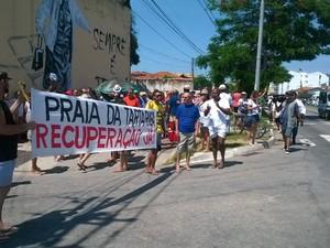 Manifestantes pedem a recuperação da praia (Foto:  Fernando Marin/ Divulgação)