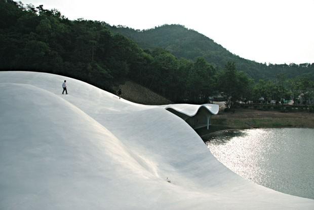 Crematório japoneses com teto ondulado é um dos destaques do livro (Foto: Divulgação)