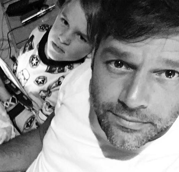 Ricky Martin e um dos gêmeos (Foto: Reprodução/Instagram)
