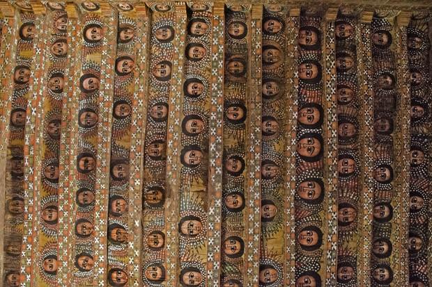 Considero o teto de madeira da igreja ortodoxa Debre Berhan Selassie, todo pintado com carinhas de querubins de olhos arregalados, como o mais bonito de toda a Etiópia.  (Foto: © Haroldo Castro/Época)