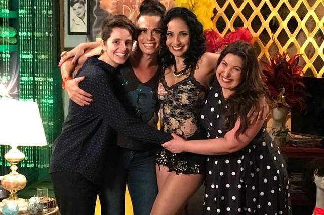 Carol Duarte, Silvero Pereira, Dig Dutra e Mariana Xavier nos bastidores de 'A força do querer' (Foto: Divulgação)