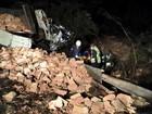 Caminhão carregado de tijolos tomba e deixa uma mulher morta