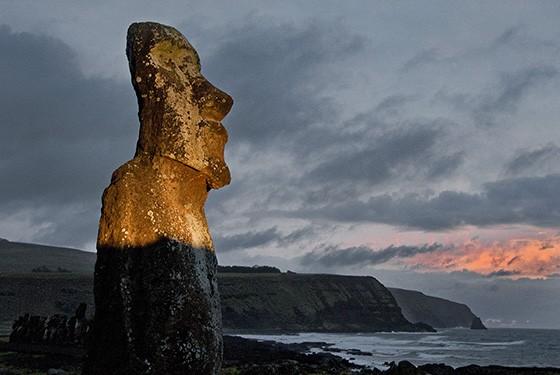 Um raios de luz ilumina um moai em Tongariki  (Foto: © Haroldo Castro/ÉPOCA)