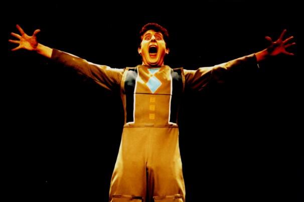 Alvaro Assad no espetáculo 'Victor James', da sua companhia Etc e Tal; Globo Teatro (Foto: Ricardo Gabriel/Divulgação)