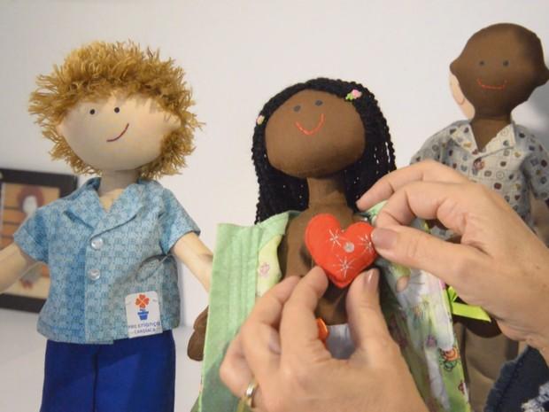 Aposentada cria bonecas terapêuticas para crianças internadas (Grep) (Foto: Globo Repórter)